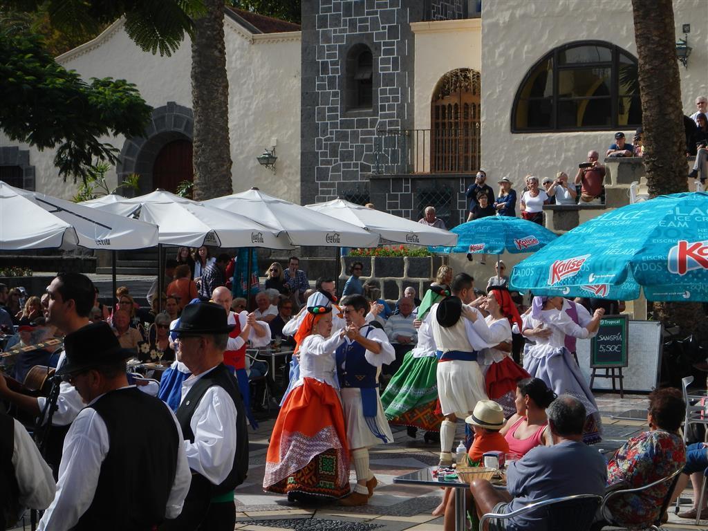 Im Parque Doramas befindet sich ein kleines kanarisches Dorf, sonntags kann man dort traditionelle Musik und Kleidung bewundern.