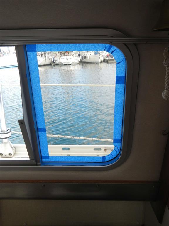 Das Abkleben der Fenster kostet zwar immer viel Zeit, aber es lohnt sich, man hat hinterher weniger Arbeit und es sieht schöner aus. Hierfür haben wir nicht das normale Malerkreppband genommen, dieses reißt leider immer ein. Das blaue hier ist von 3M, kostet dafür leider aber auch mehr, ist aber auch viel stabiler und lässt sich sehr leicht entfernen.