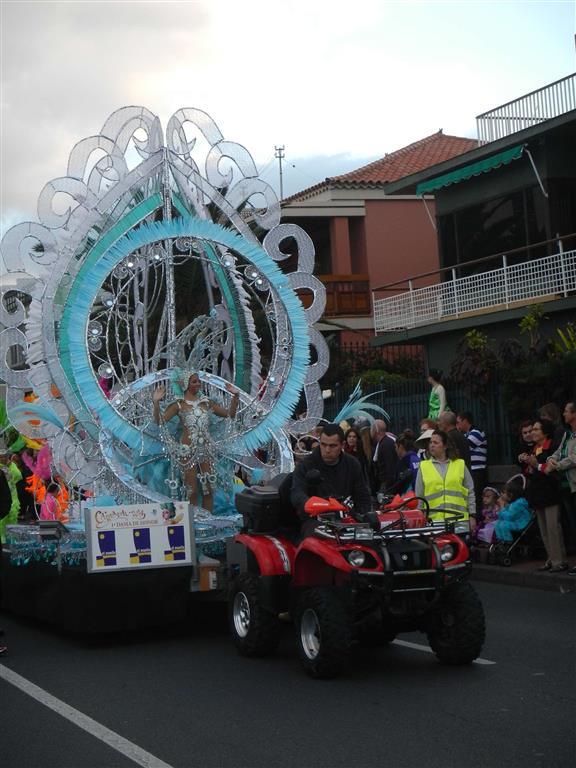 Eine weitere Teilnehmerin bei der Wahl zu Karnevalskönigin.