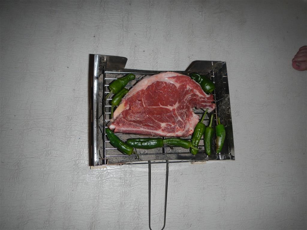 Das Fleisch ist so groß, dass sonst nicht mehr viel auf den Grill passt.