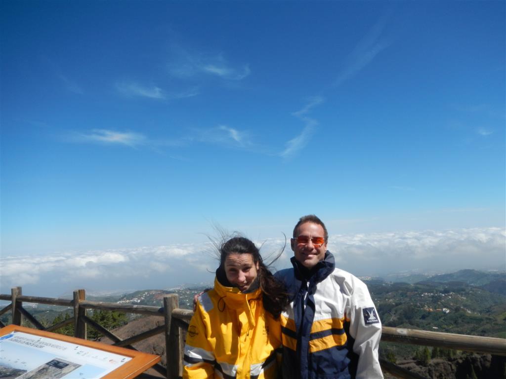 Wir sind fast oben auf dem Gipfel von Gran Canaria und hier hat es ganz schön viel Wind und es ist kalt!