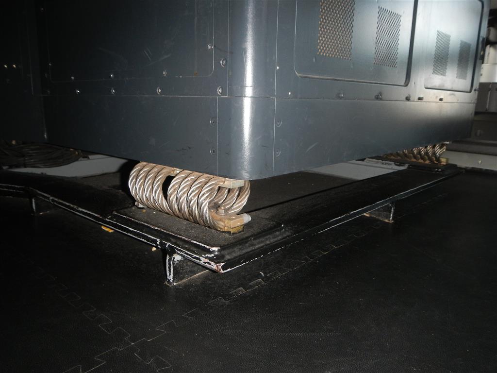 Der gesamte Unterbau der Monitore etc. auf der Brücke ist durch dicke Spiralfedern schwingungsgedämpft