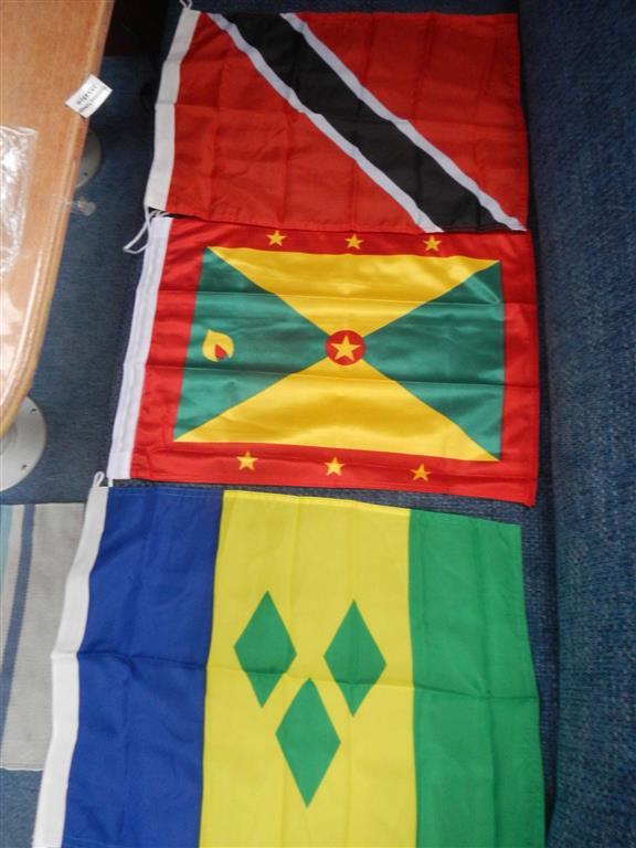 Wir haben schon mal ein paar Flaggen gekauft, von oben nach untern: Trinidad & Tobago, Grenada, St. Vincent & The Grenadines