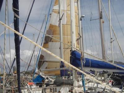 Noch in Las Palmas: So kann man auch sein Segel flicken!