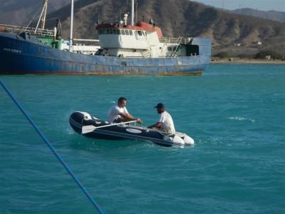 Sven rudert Fuidio an Land, was bei dem starken Welle nicht so einfach ist!