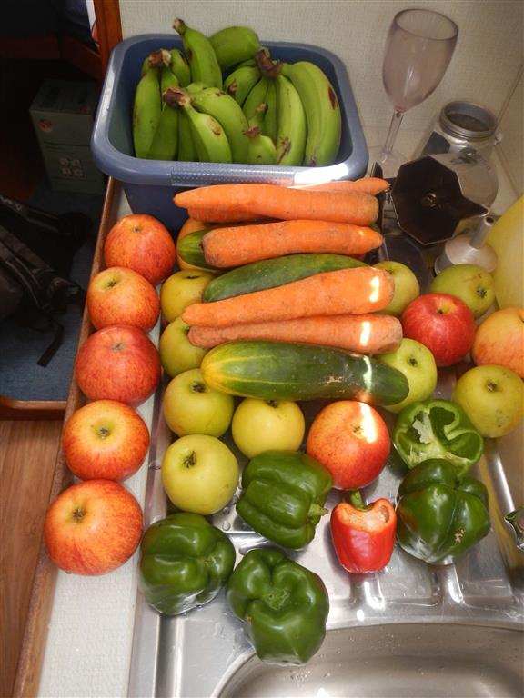 Gemüse und Obst waschen vor der Atlantiküberquerung.
