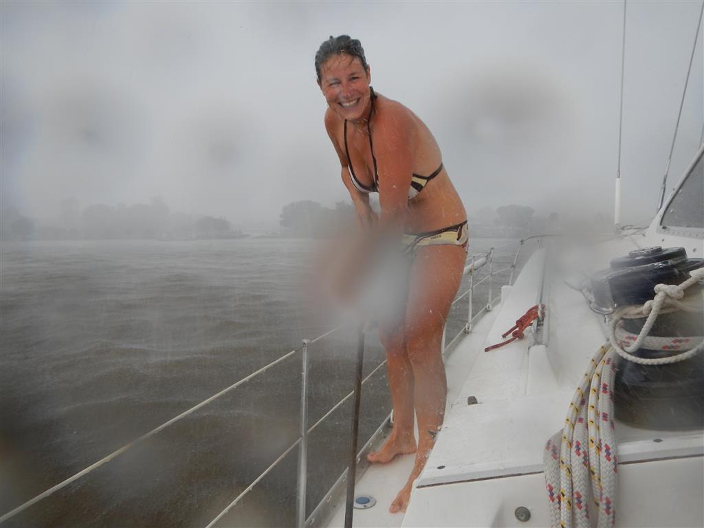 Wenn es regnet, dann zumeist richtig. Wir schrubben dann kurz das Schiff ab und können dann sauberes Regenwasser auffangen.