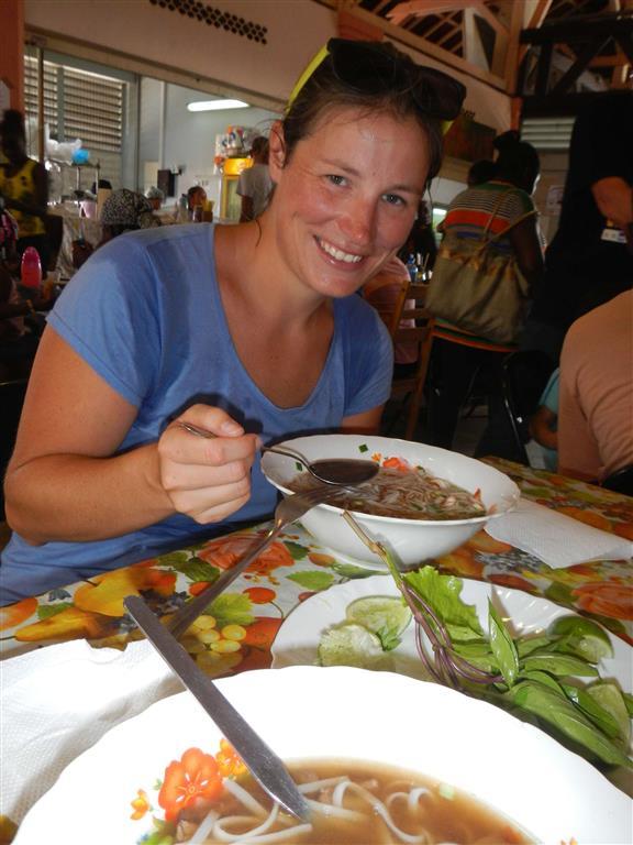 In der größten Hitze essen wir eine sehr leckere asiatische Suppe auf dem Markt.