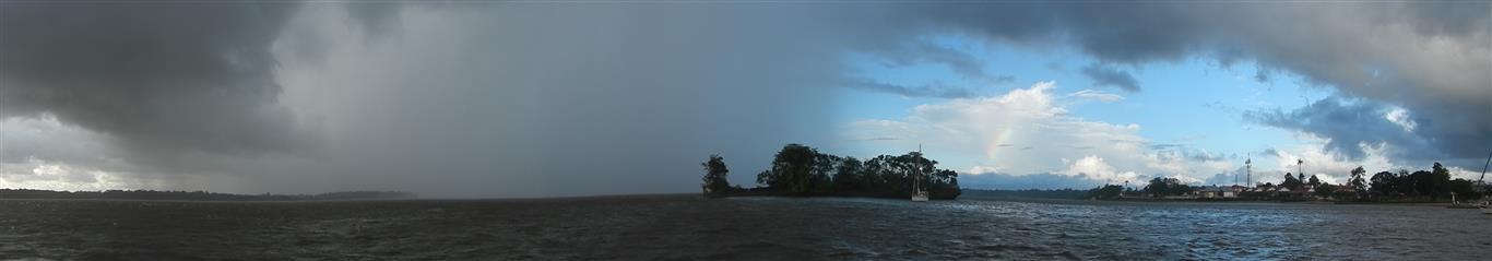Das Bild ist nicht bearbeitet! Rechts im Bild kann man blauen HImmel mit einem Regenbogen sehen und links im Bild hat man das Gefühl, dass die Welt untergeht. 20 min später und ein paar Tropfen sind auf unserem Schiff angekommen und der Himmel war wieder blau!