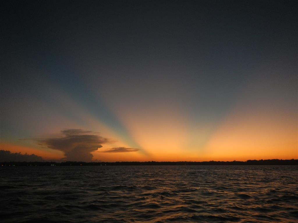Wieder mal ein traumhafter Sonnenuntergang in franz. Guyana. In der Wolke links im Bild hat es immer wieder geblitzt.