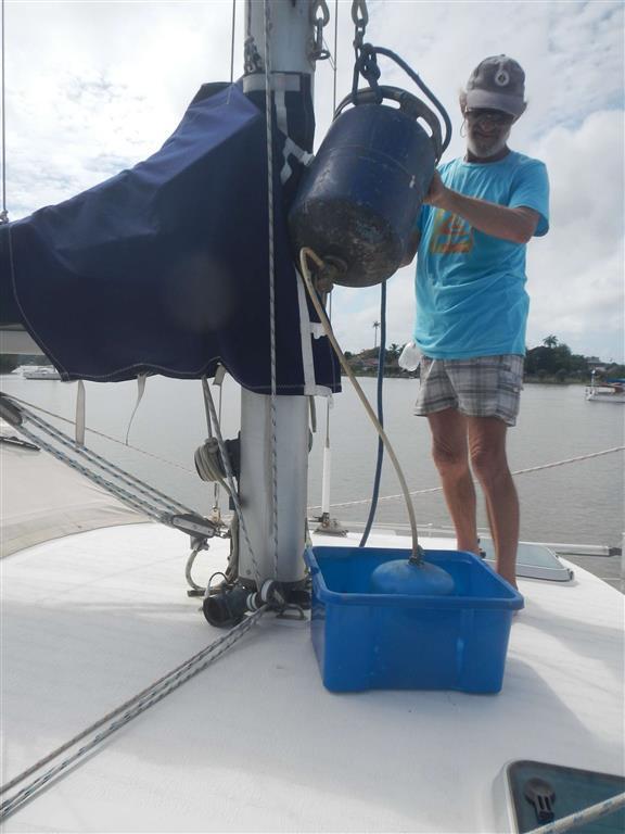 Jean-Claude hilft uns beim Umfüllen der großen Gasflaschen in unsere Flaschen