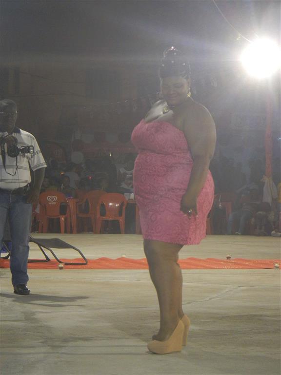 """Teilnehmerin bei der Wahl zur """"Miss Ronde"""""""