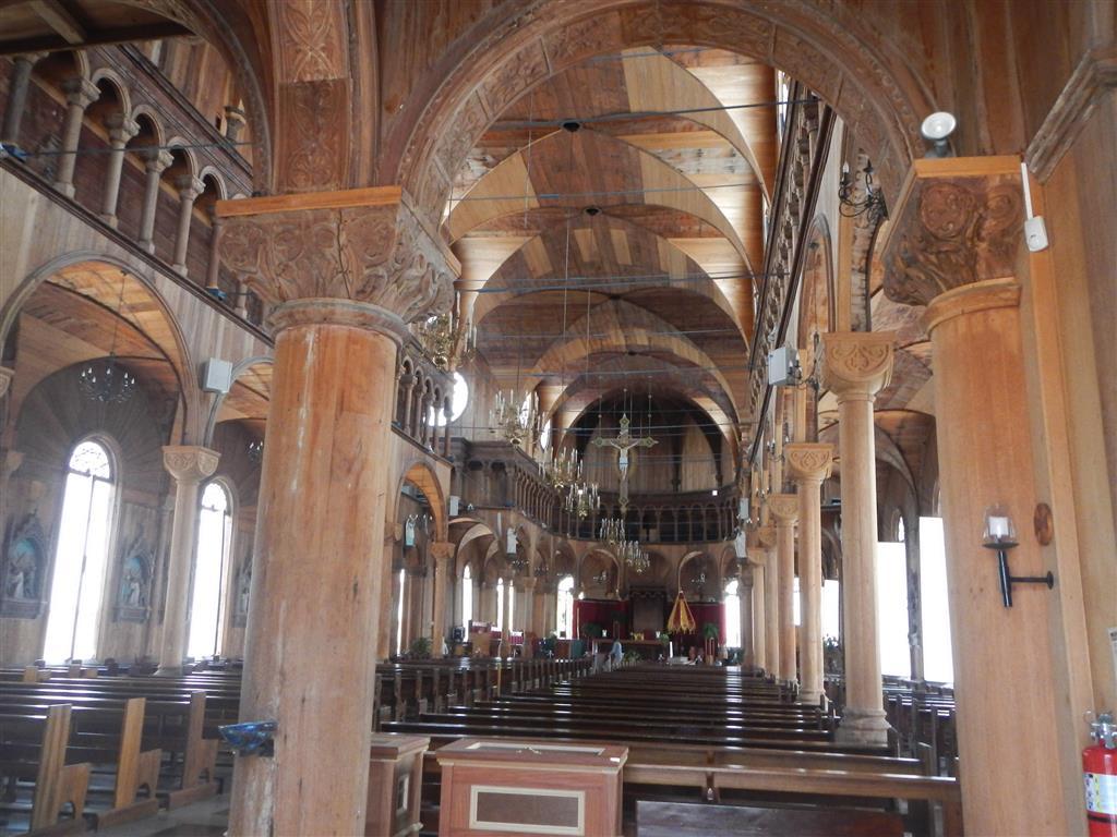 Die Peter und Paul Kathedrale von innen. Die gesamte Kathedrale ist aus Holz gebaut.