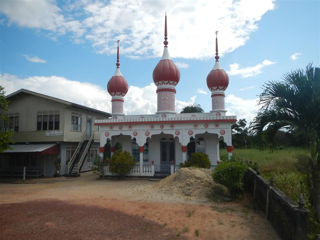 Auf dem Weg nach Paramaribo passieren wir einige Moscheen und indische Tempel.