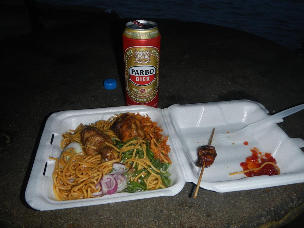 Bami mit Chicken und lokalem Parbohier, das gibt es hier überall gut und günstig.