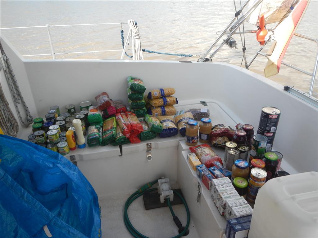 Bevor wir neue Lebensmittel zukaufen, haben wir nochmal unser bereits vorhandenes Provinat überprüft. Das ist seit Gran Canaria ziemlich geschrumpft.