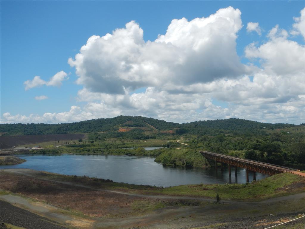 weiter links (im Bild nicht zu sehen) ist der Damm, der den Suriname-Fluss stoppt.