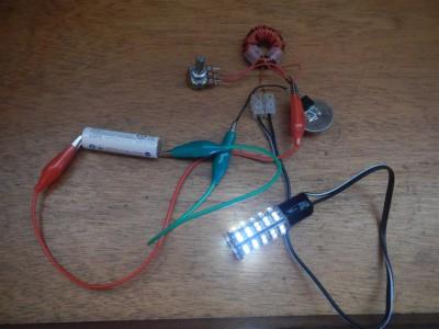 Joule Thief. Die 12 Volt LED für die Schiffsbeleuchtung kann mit nur einer einzigen 1.2 Volt Batterie betrieben werden.