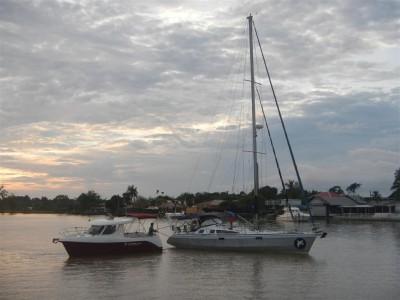 Die holländische Yacht wird abgeschleppt und wieder an die Mooring gelegt.