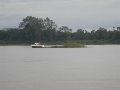 Die Betreiber des Bojenfelds schleppen die Insel weg, die die holländische Yacht von ihrer Mooring losgerissen hatte.