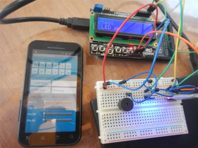 Sabine hat neue Teile für den Arduino mitgebracht. Nun kann er über Bluetooth mit dem Handy ferngesteuert werden. Tolle Sache, mal schauen, was man damit alles so basteln kann.