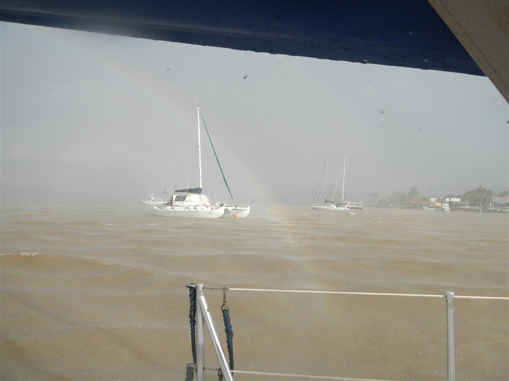 Vor ein paar Tagen ist ein Squall durchgezogen, da gab es dann kurz mal 30 Knoten Wind und Regen und dazu diesen Regenbogen.