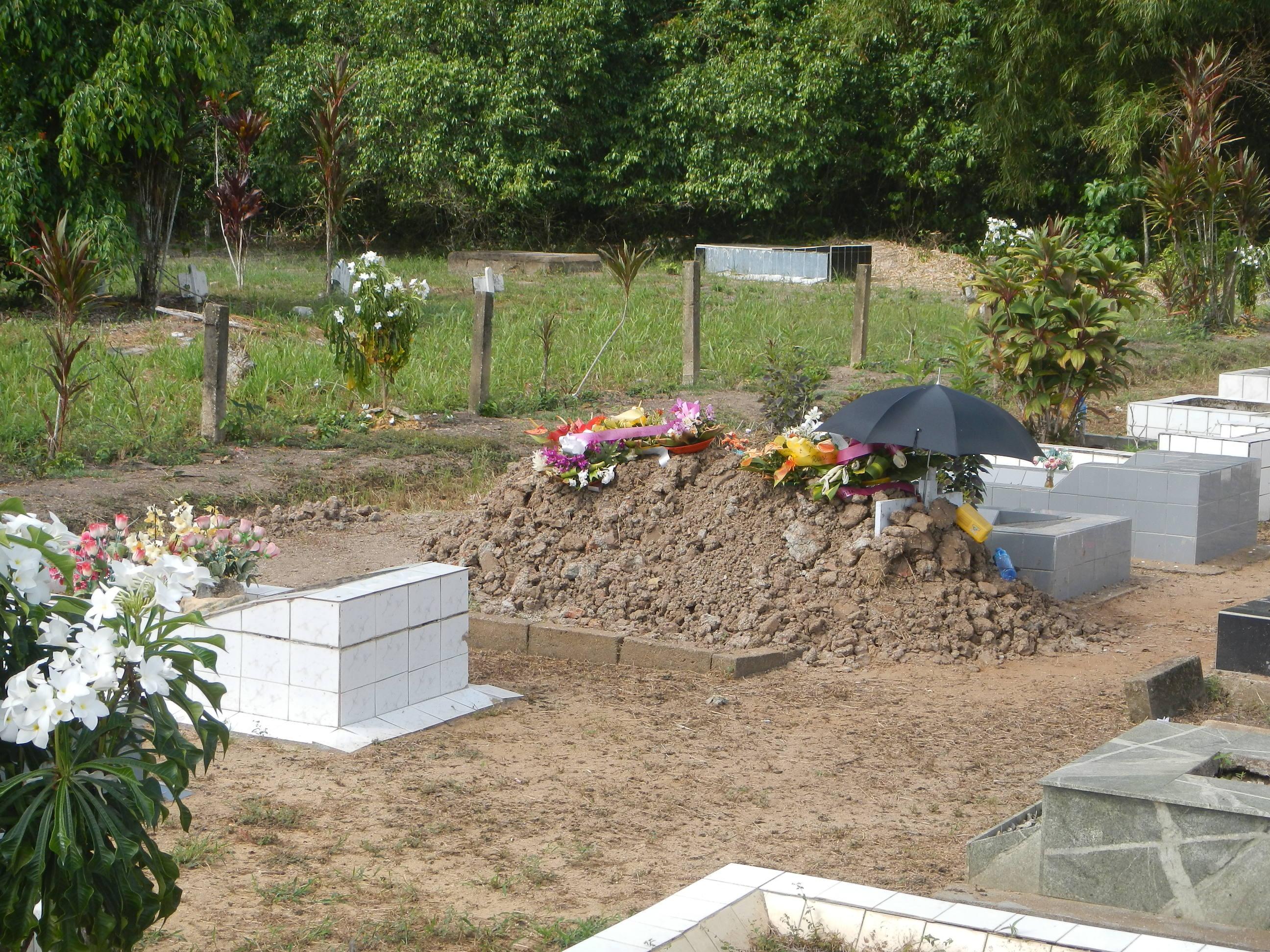 Bei einem Ausflug zu Fuß sind wir an einem Friedhof vorbei gekommen. Dieses Grab hat sogar einen Sonnenschutz.