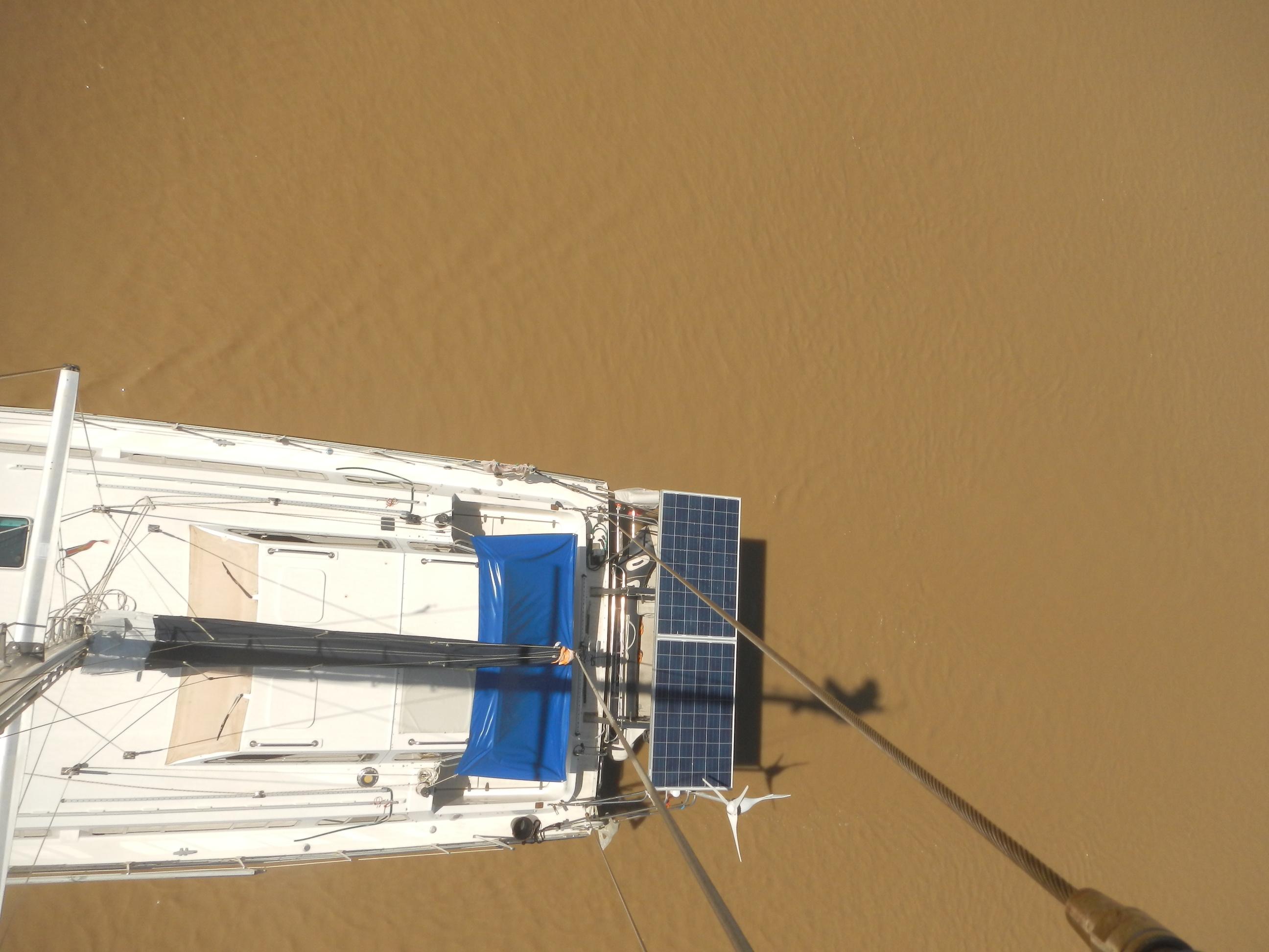 Blick vom Mast. Das Wasser lädt wirklich nicht zum Baden ein.