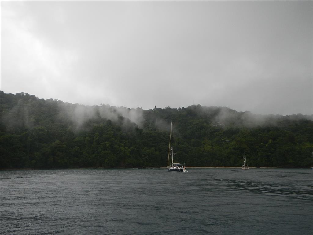 Blick von unserem Ankerplatz auf tobago auf die pirates bay