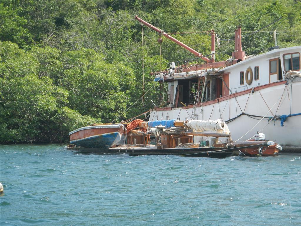 In einigen Buchten gibt es Yachten, die schon mal bessere Zeiten gesehen haben, leider.