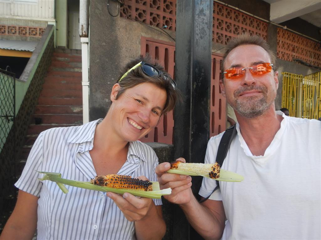 Wir genießen einen gegrillten Mais