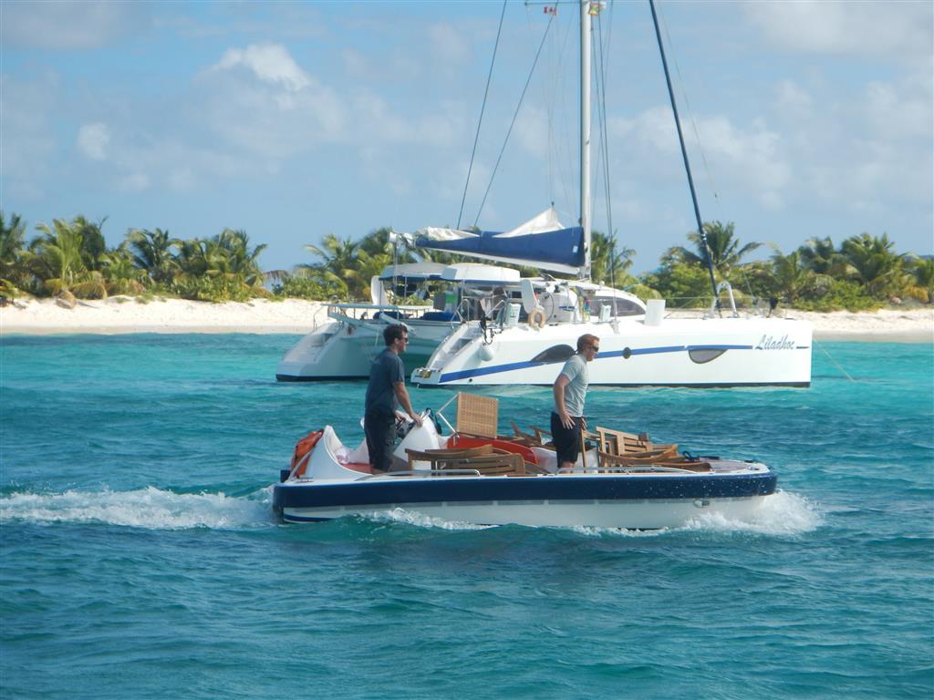 ... was mit mehrfachen Fahrten mit dem Beiboot auf die Insel gekarrt wird.