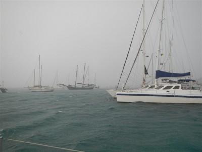 Morgens um 6 in Canouan, über 30 kt Wind und sehr viel Regen
