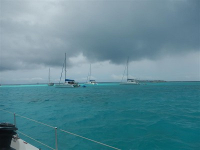 Eine dicke Regenwolke zieht über die Tobago Cays