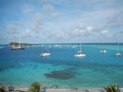Blick über den Ankerplatz in den Tobago Cays, Blue Felix ist mittendrin