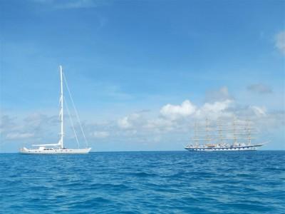 Rechts im Bild sieht man die Royal Clipper, das momentan größte Segelschiff der Welt. Links im Bild eine ca. 40 m lange Privatyacht.
