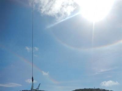 """So ein Phänomen haben wir bisher noch nie gesehen, ein kompletter, regenbogenartiger Ring ist um die Sonne sichtbar, außerdem noch ein """"normaler"""" Regenbogen an Land. Recherchen bei Wikipedia ergaben, dass es sich hierbei wohl um einen 22°-Ring handelt."""