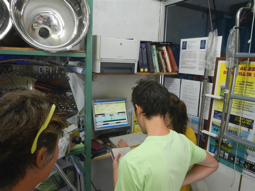 Zum Einklarieren in Fort de France muss man zum Schiffschandler und selbst alle Daten am Computer eingeben. Am Ende gibt es einen Ausdruck, der abgestempelt wird und das wars!