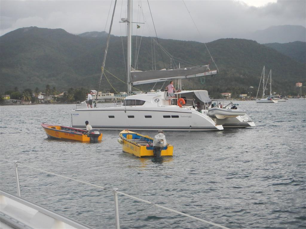 Portsmouth, unser Bootsnachbar wird bei der Ankunft von mehreren Boatboys belagert, so wie jede andere ankommende Yacht auch