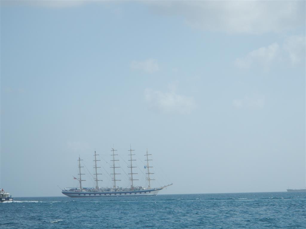 Die Royal Clipper verlässt Martinique, um in Barbados Passagiere aufzunehmen. Nun ist sie auf dem Weg ins Mittelmeer. Die Saison für Kreuzfahrtschiffe in der Karibik ist schon seit ein paar Wochen vorbei