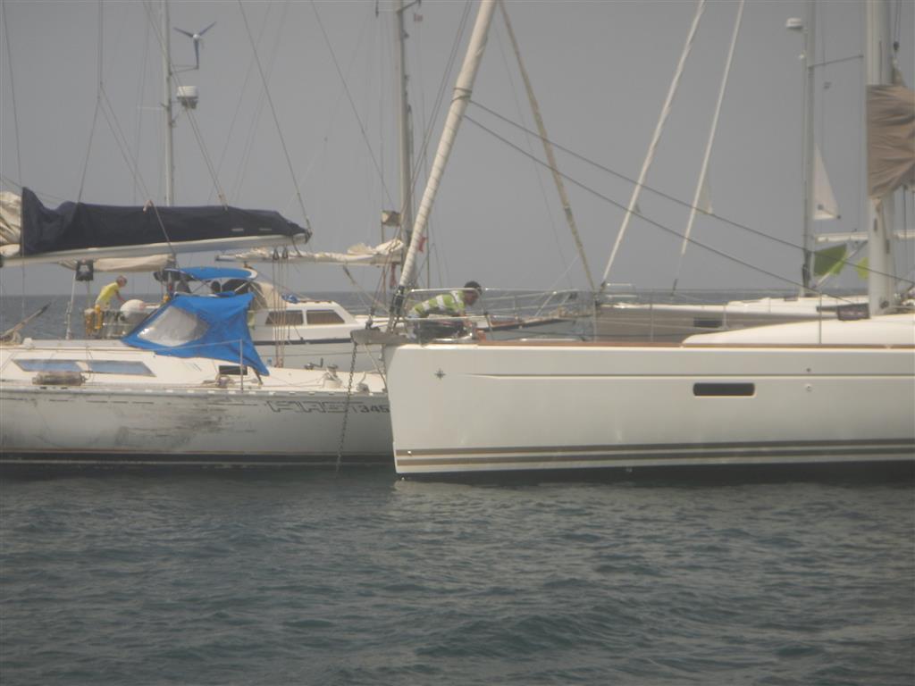 Hier crasht die manövrierunfähige Yacht in die brandneue Yacht