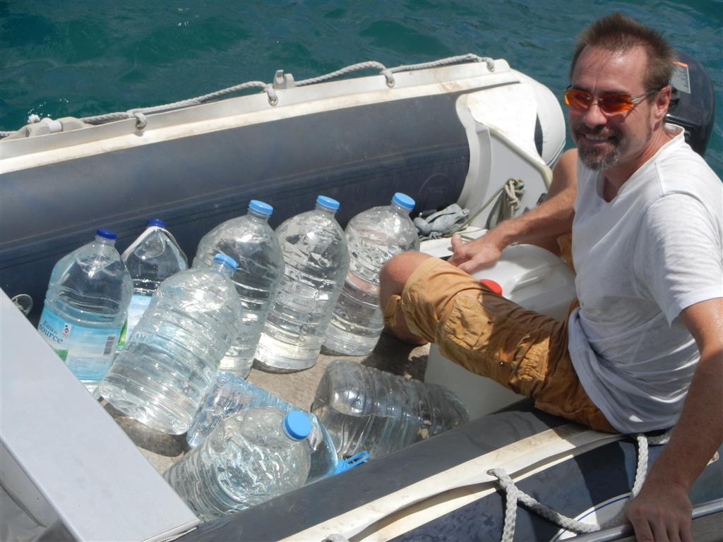 Mit dem Dingi holen wir Wasser an einem Wasserhahn von einer naheliegenden Baustelle