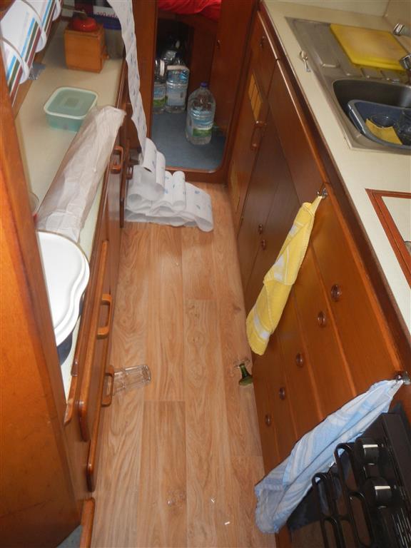 Auf der Fahrt nach St. Lucia ist doch tatsächlich ein Schapp aufgegangen und ein Glas ist auf dem Boden zerbrochen. Die Küchenrolle hat sich unterwegs auch verselbstständigt und sich schon mal abgewickelt