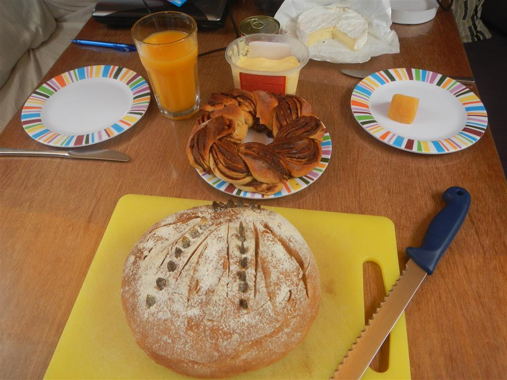 Da nun auch wieder Schluss mit guten Brot ist, wird nun wieder selber gebacken. Diesmal gab es noch einen Hefekranz dazu