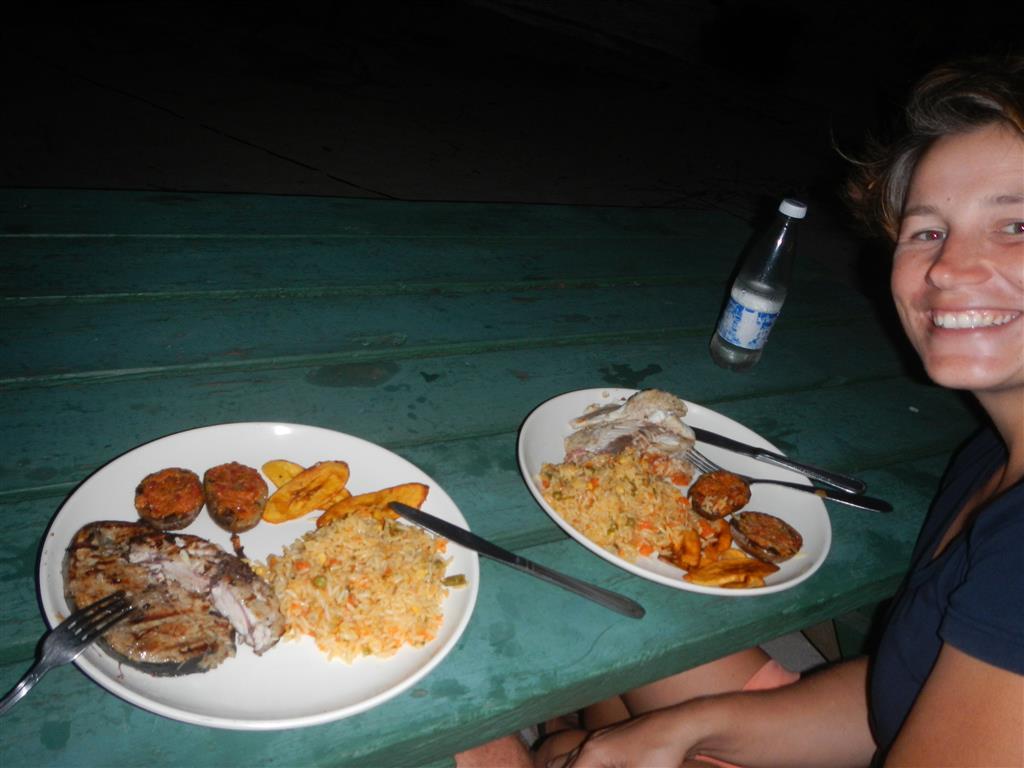 Barbecue am Strand in den Tobago Cays, wir bekommen traumhafte Stücke von Thunfisch und Red Snapper.