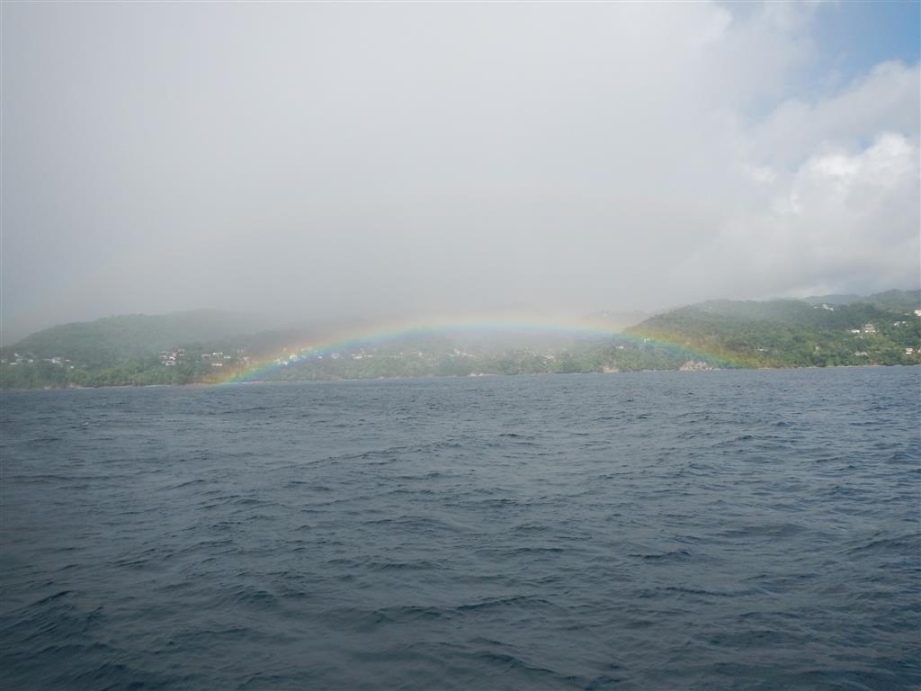 Wir segeln an der Westküste von Grenada entlang, und sehen einen Regenbogen nach dem anderen.