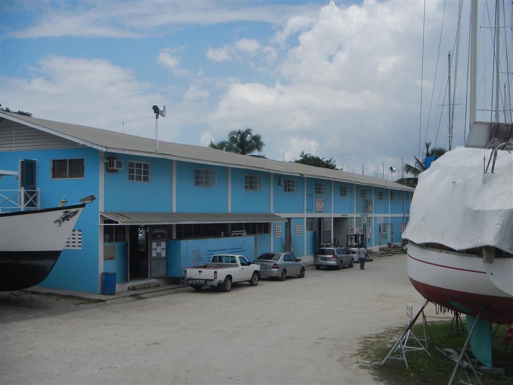 """In diesem Gebäude befindet sich der """"Boater Shop"""", der ein recht gutes Sortiment und vor allem auch die besten Preise hat."""