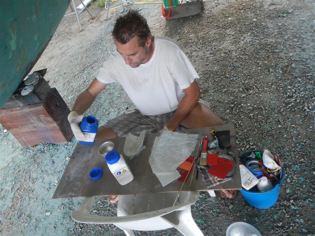 Wir müssen einen Deckel für eines unserer Lenzlöcher in der Plicht erneuern, dazu nehmen wir Glasfasermatten und Harz und als Form einen mit Folie ausgelegten Deckel.