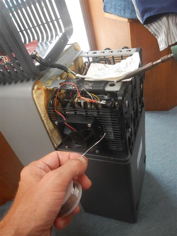 Wir bauen einen Zusatzlüfter in unsere Kühlbox ein, der für mehr Abwärme sorgt.