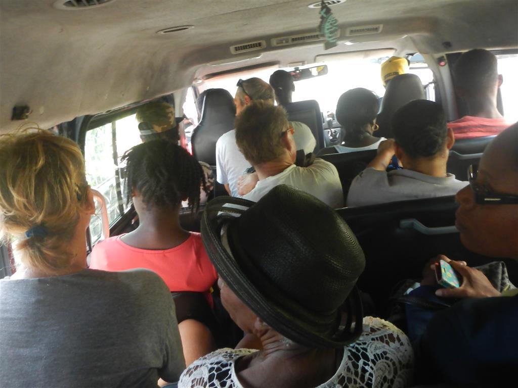 Im randvollen Bus zurück nach St. Georges